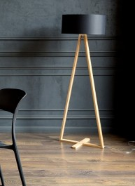 Wysoka lampa podłogowa na drewnianej płozie Tales