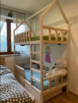 Drewniane łóżko piętrowe z szufladami Domek