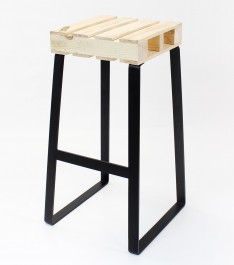 Drewniany hoker na metalowych płozach Palette