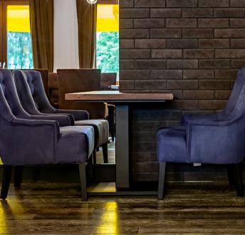 Stół z blatem z litego drewna na jednej nodze Flat