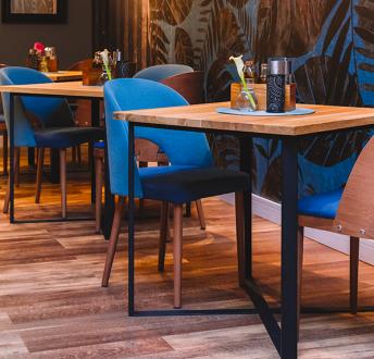 Industrialny stół z blatem z litego drewna Cross 80sq