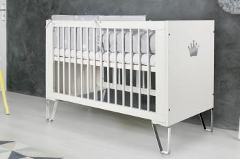 Białe łóżeczko niemowlęce na chromowanych płozach Blanka
