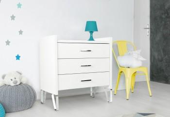 Biała komoda do pokoju dziecka Blanka na chromowanych płozach