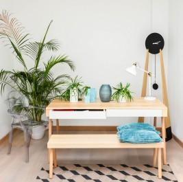 Stół na drewnianych nogach z szufladami J